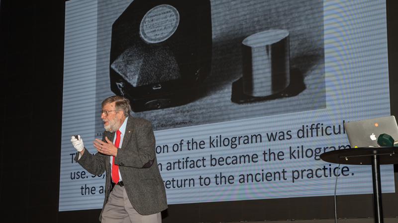 """""""Underbart"""" tyckte den amerikanska Nobelpristagaren och fysikern William D Phillips om det att världen nu har oföränderliga definitioner av meter, kilo, tid och övriga fysikaliska mått."""