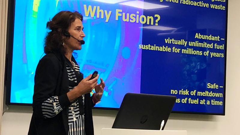 """Shira Tabachnikoff, Stakeholder Relations Manager, ITER IO, gav en överblick över ITER, där man forskar om fusionsenergi som en tekniskt möjlig framtida energikälla. """"Låt oss tillsammans slåss mot klimatförändringarna och dra nytta av de innovationer som ITER tar fram. Vi behöver allt samarbete och all kunskap vi kan få """"."""