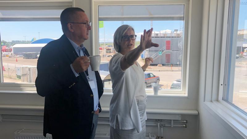 Här visar Pia Kinhult, Head of Host States Relations, hur ESS, en av världens ljusstarkaste forskningsanläggningar växer fram strax utanför Lund.