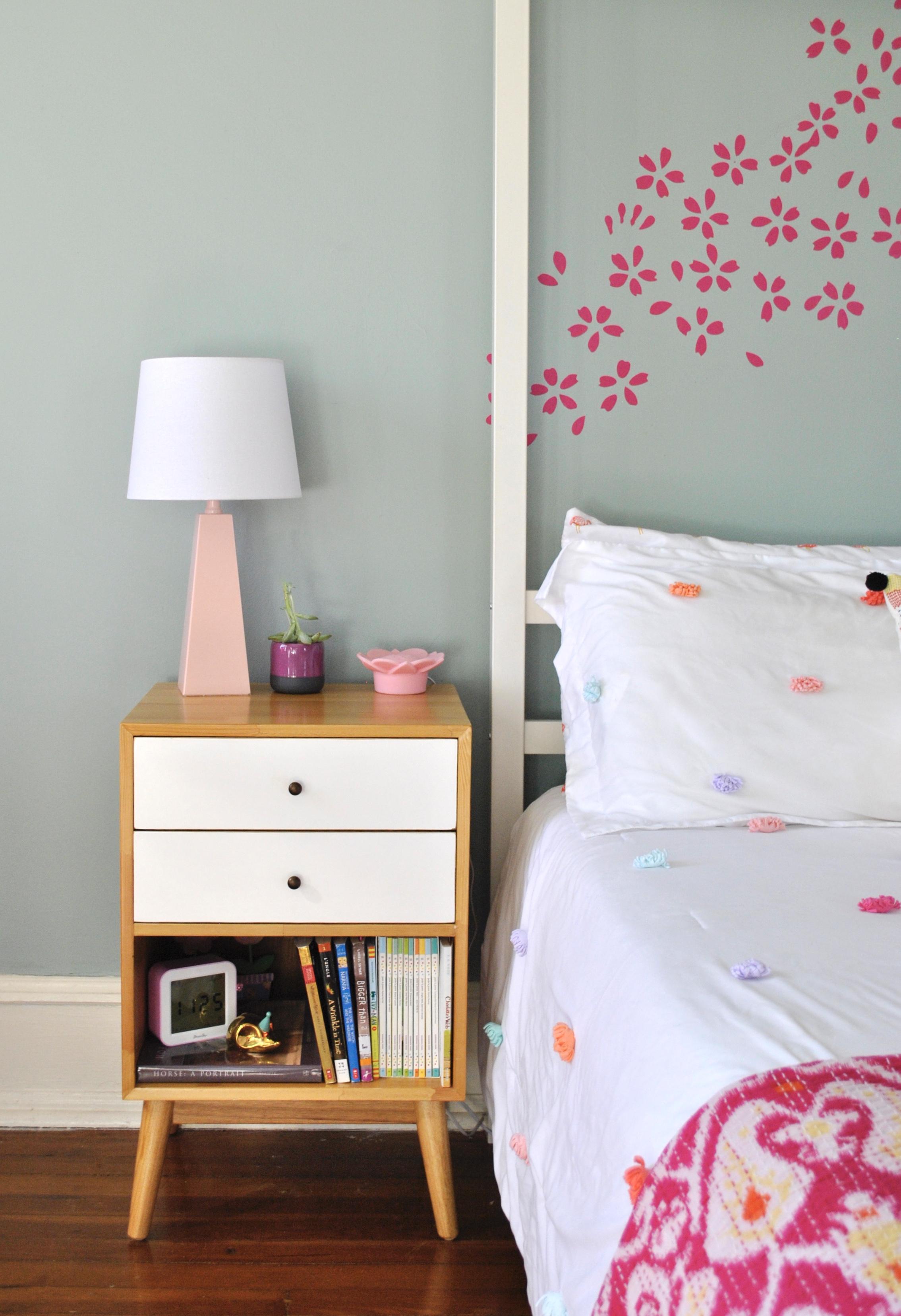 Girls-bedroom-pink-lamp.jpg