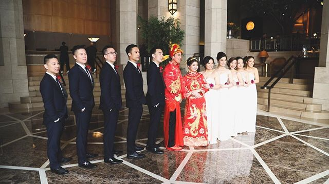 Kevin and Anne take photos with their wedding party in the @fsnewyork lobby after their first look and tea ceremony. 🇨🇳🇺🇸👰🏻🤵🏻