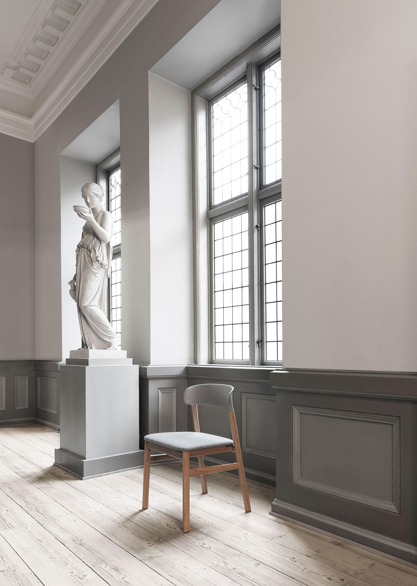 1401010_Normann_Copenhagen_Herit_Chair_Upholstery_Oak_Synergy_Grey_02.jpg