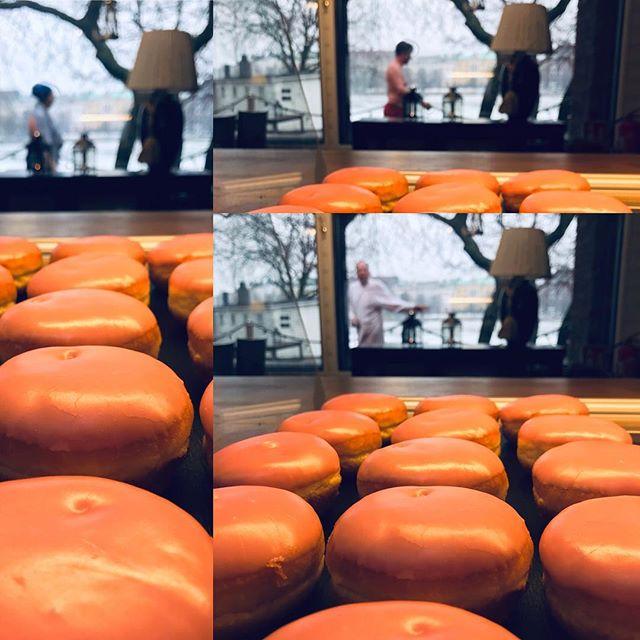 Kaksi asiaa keväästä: Berliininmunkkeja ja avantouintia voi harrastaa sateellakin!  Kahvila auki la-su 10-16, lohisoppaa ja sadepäivän kunniaksi keiton syöjille kahvit kaupanpäälle. Huomenna sunnuntaisaunaa 11-15.30. Nähdään⚓️