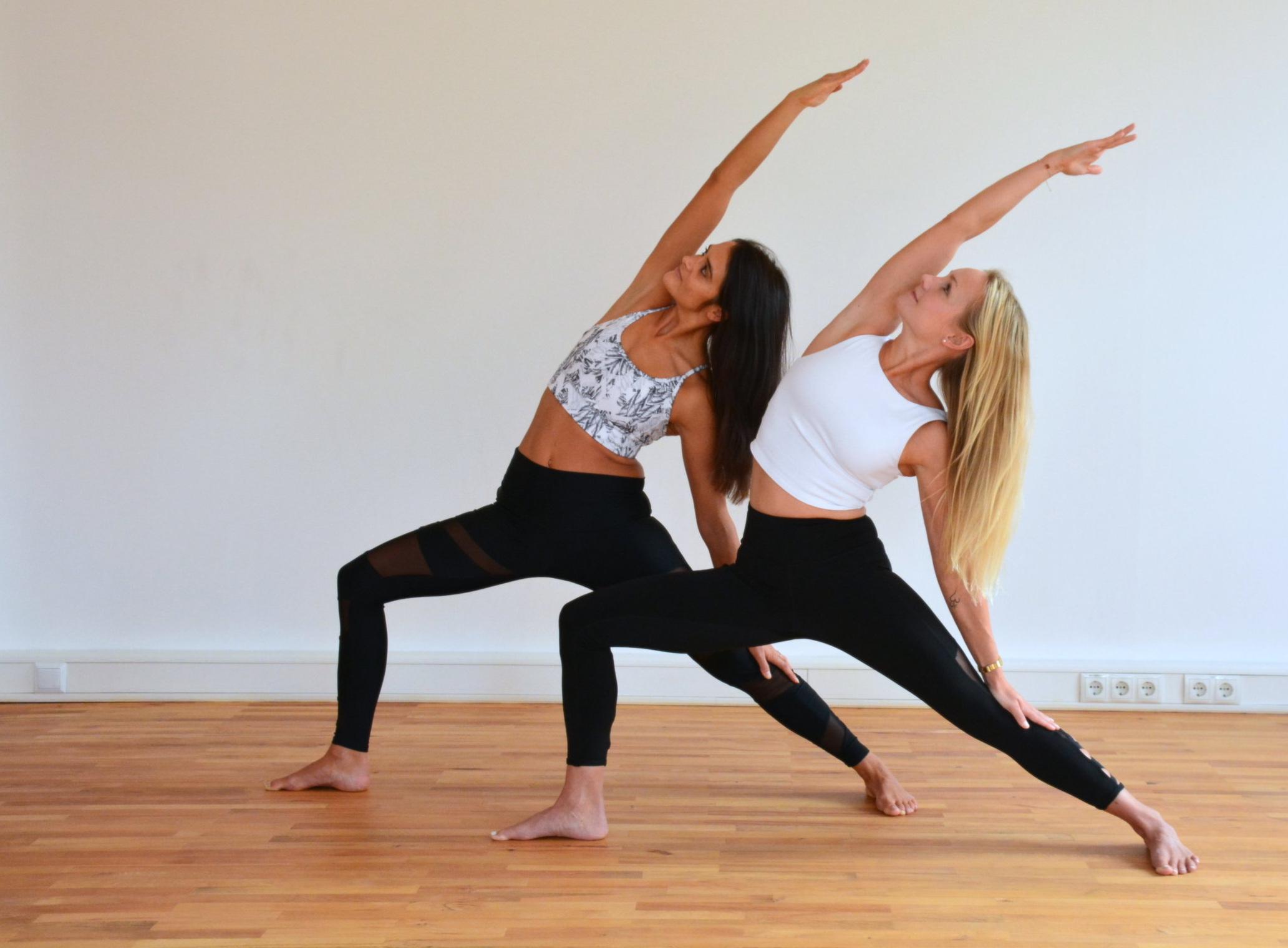 Vinyasa Flow 1-2 - Vinyasa Flow 1- 2 ist eine Klasse für sportliche Yogaeinsteiger und alle, die schon öfters Yoga gemacht haben, die Grundhaltungen kennen und gerne in entspanntem und spielerischem Rahmen neue Positionen ausprobieren bzw. vertiefen möchten. Die Grundhaltungen werden frei miteinander kombiniert und ergeben in Verbindung mit dem Atem eine dynamische, kraftvolle und fliessende Yogapraxis. Die Schwerpunkte und Herausforderungen der Stunden sind aufeinander aufbauend, sodass auch Yogaeinsteiger mitmachen können.