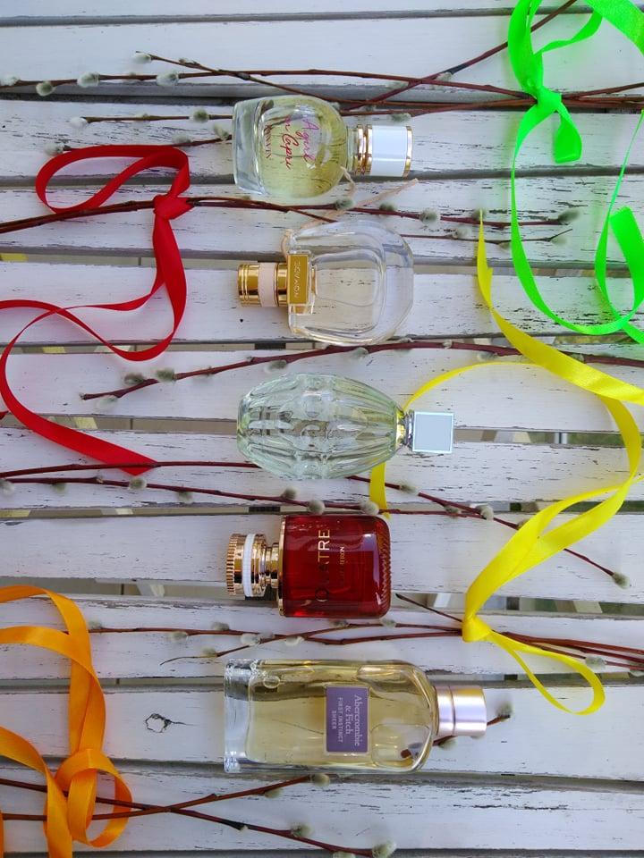 Od góry: Lanvin, A Girl in Capri (Douglas); Chloe, Nomade Eau de Toilette (Sephora/Douglas); Jimmy Choo Floral (Sephora); Boucheron, Quatre en Rouge (Douglas), Abercrombie&Fitch, First Instinct for Sheer (Douglas)