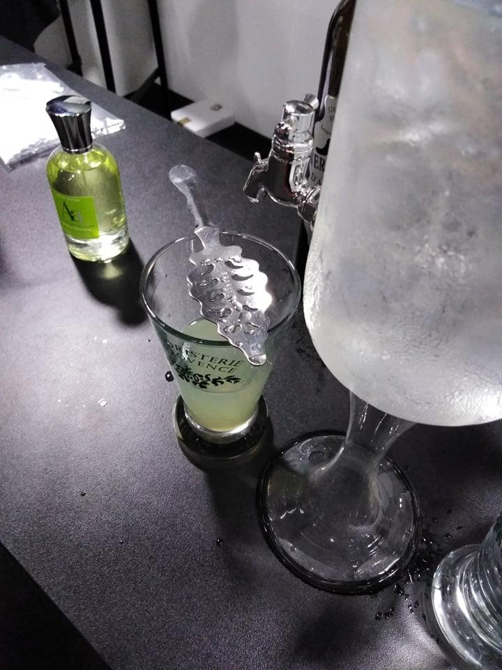 Degustacja absyntu na stoisku Absolument Parfumeur