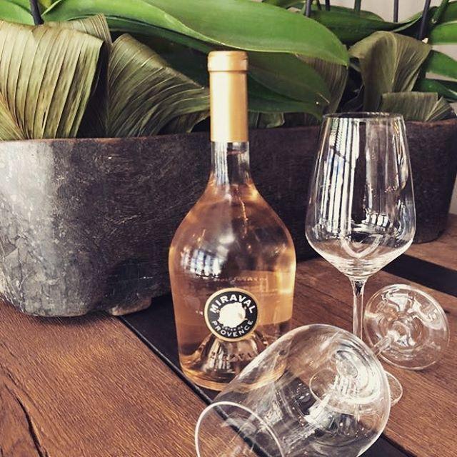 save water - drink rosé ! Diese heißen Temperaturen benötigen reichlich Abkühlung und da bieten wir natürlich den Miraval Rosé von Jolie-Pitt an 🍷🍷🍷 #miraval #rose #wine #winelover #frankfurt #ffm #indian #indianfood #foodporn #food