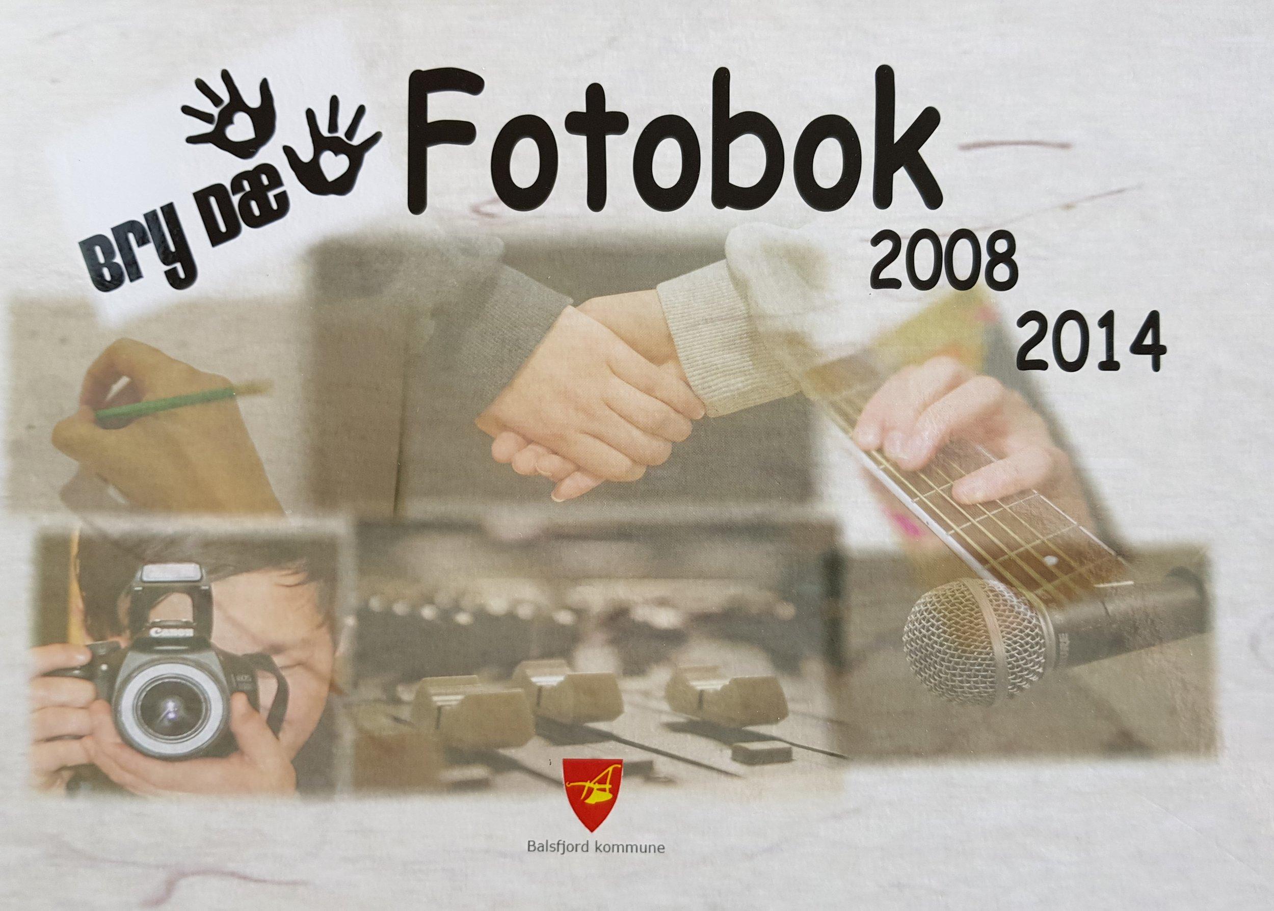 """Bry Dæ-boka - I 2008 startet Bry Dæ - et tverrfaglig initiativ og prosjekt i Balsfjord kommune som hvert år kulminerer i ei ungdomsforestilling.Jeg fikk oppdraget med å sette sammen ei minnebok om prosjektets syv første år, og Bry Dæ - boka kom ut på nyåret 2015.Omtale av boka kan du lese her: """"Bry dæ i ord og bilder"""", og boka kan fortsatt bestilles via kommunens hjemmesider."""