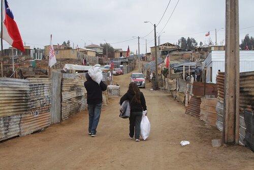 Asentamiento informal o campamento en Valparaíso, Chile. Fotografía: Rafaela Ely en Flickr.