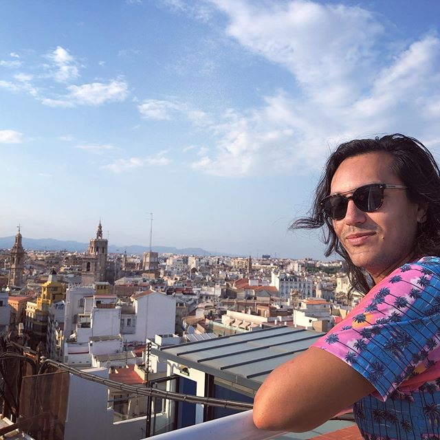 It's Friday and it's raining. Good thing is that a quick scroll through my pictures takes me back to this rooftop in Valencia @mexicanhussar 😍🤩☀️ . . . #valencia #spain #summer #rooftop