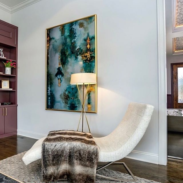 🤩 Never underestimate the power of bold color and artwork. . . . Choosing the right artwork for your home can be tough, but luckily you've got our designers to help.  Send us a DM or visit our website to get started! . . . #designconsultations #cincinnatiinteriordesign #cincinnatidesign #cincinnatiinteriors #designer #cincinnatidesigners #studiopiper #hydeparkcincinnati #beforeandafter #mtlookoutcincinnati #livingroom #interiordesign #color #pink #love #girly #designconsults #vanity #interiordesign #housebeautiful #color #blackandwhite #vintagerug #bright #light #entryway