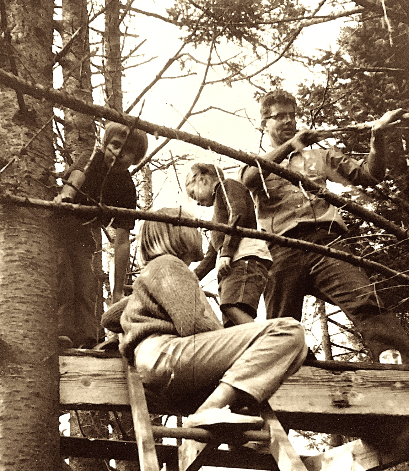 Father makes treehouse with three daughters