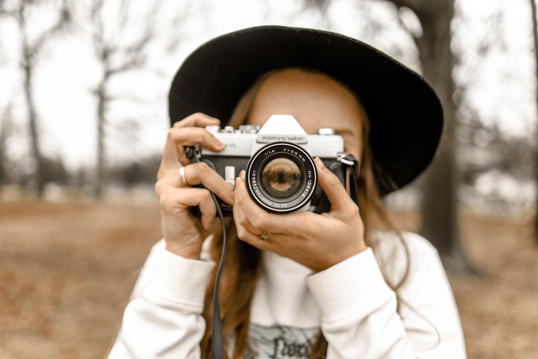 camera-fashion-hand-1051076.jpg