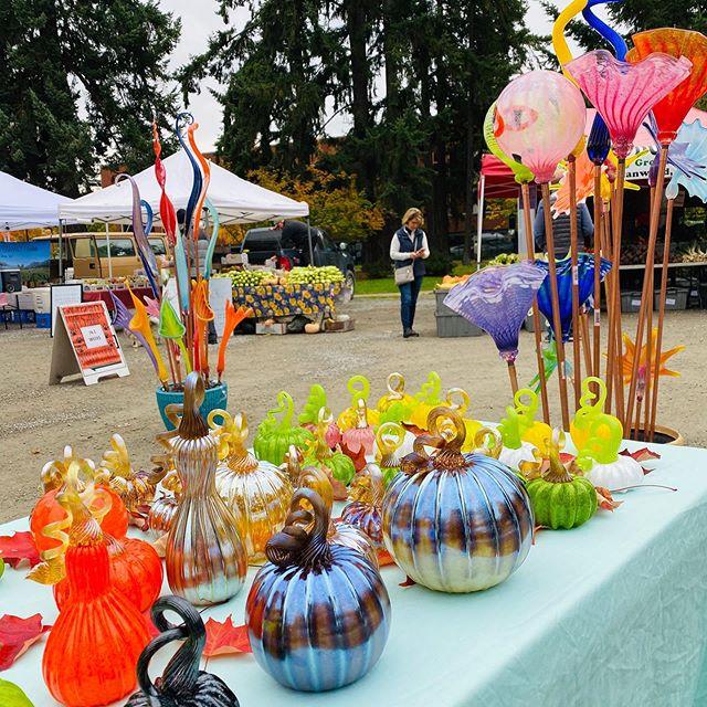 Redmond Farmers market today!!!🌷🌞🔥🎃#jessekellyglass #redmondfarmersmarket #fun #glasspumpkins #flowers #leaves #livelife