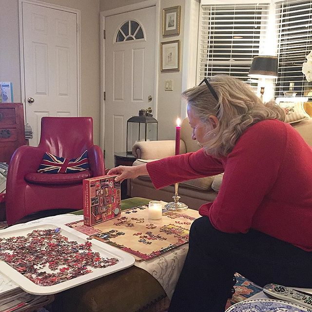 Puzzle me this 🥰🎉🤓weekend vibes 🤩🤗🤩 . . . #familytime #mom #familia #happiness #mother #relax #relaxing #enjoy #holidays #puzzle #games #playtime #jessamylittlewellness #wellness #wellbeing #healthyliving #peaceful #joy #merry #christmas #xmas #jolly #christmastime
