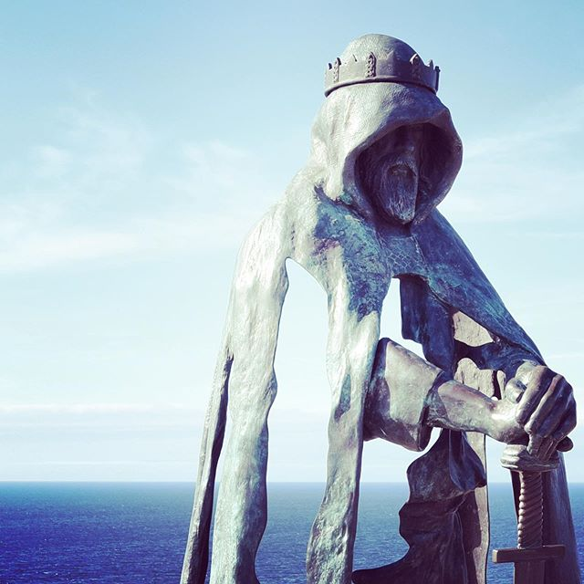 King Arthur at Tintagel contemplating Brexit. Great piece of sculpture.  #photography #sculpture #art #artistsoninstagram #tintagel #kingarthur #brexit #king #leadership #unitedkingdom #warwickwoodartist #creative