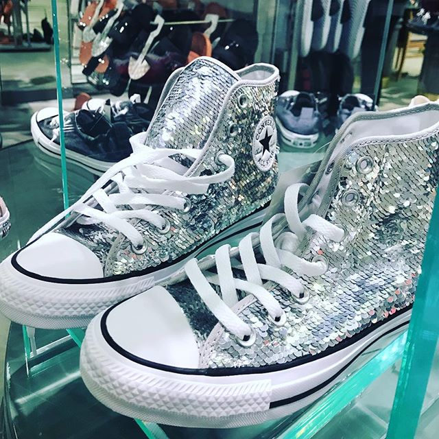 Soooooo I'm kind of needing these converse shoes to be all up in my life right about now BUT I'll wait !!! Gosh, I'm such a sucker for sparkles!!!! 😩  #converse #influencer #musiclover #sparkles #austinmusicscene #nashvillemusicscene #dallas