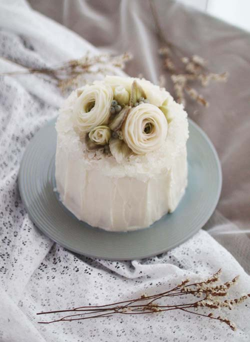 Day 1. Jewerly Dome Cake (Dummy cake)   - Jewerly icing  - Rose, Rose buds, Berry, Leaf.