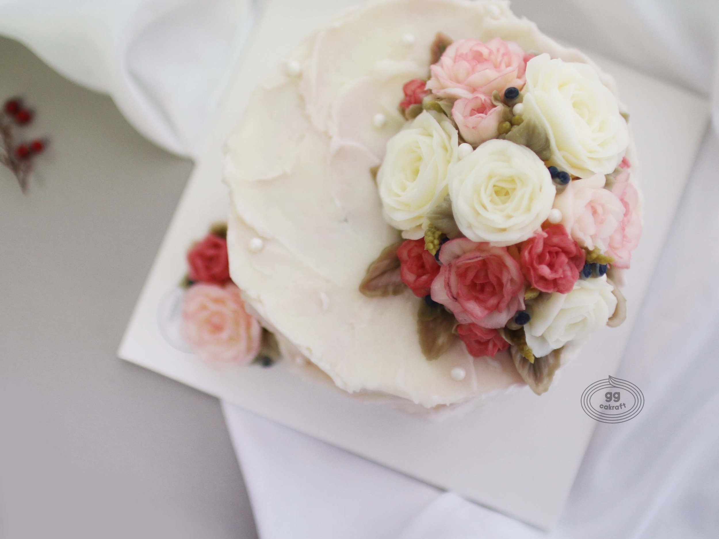 Dome Cake (Dummy cake)    - Hans on course :  All lessons consist of hands-on.   Icing, Flower piping, Arrange, .. , etc.  - Flower piping : Rose, Rose buds, Berry, 3D Lavender, Leaf.  - Touch icing.
