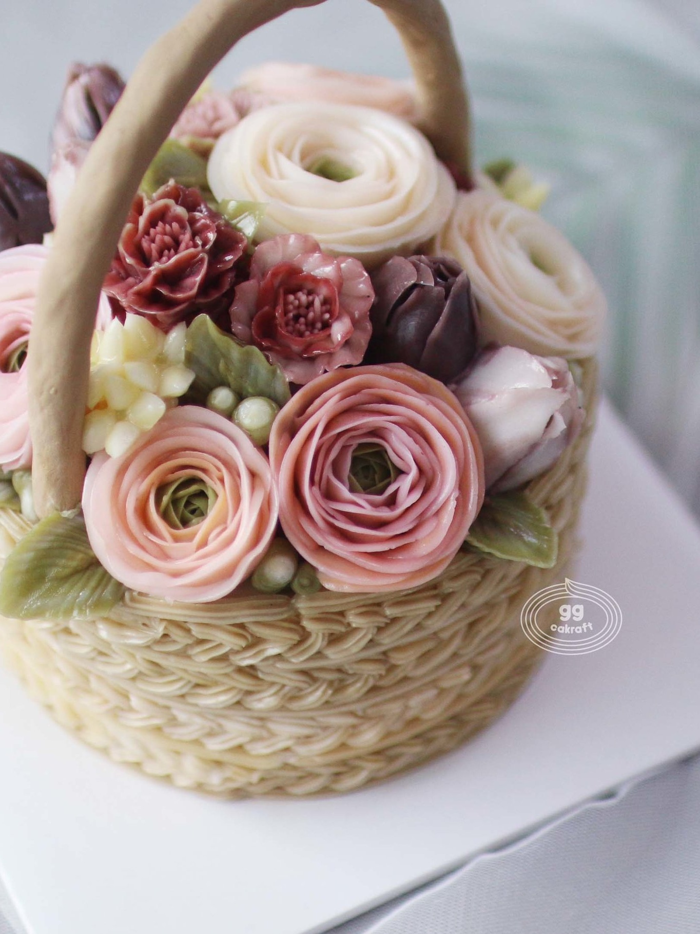 Day 1. Basket cake with handle (Dummy cake)    - Hans on course :  All lessons consist of hands-on.   Icing, Flower piping, Arrange, .. , etc.  - - All but the butter cream manufacturing demonstration is a hands-on course.  - Ranunculus, Marigold, Bouvardia, tulip.  - Basket icing and Handle
