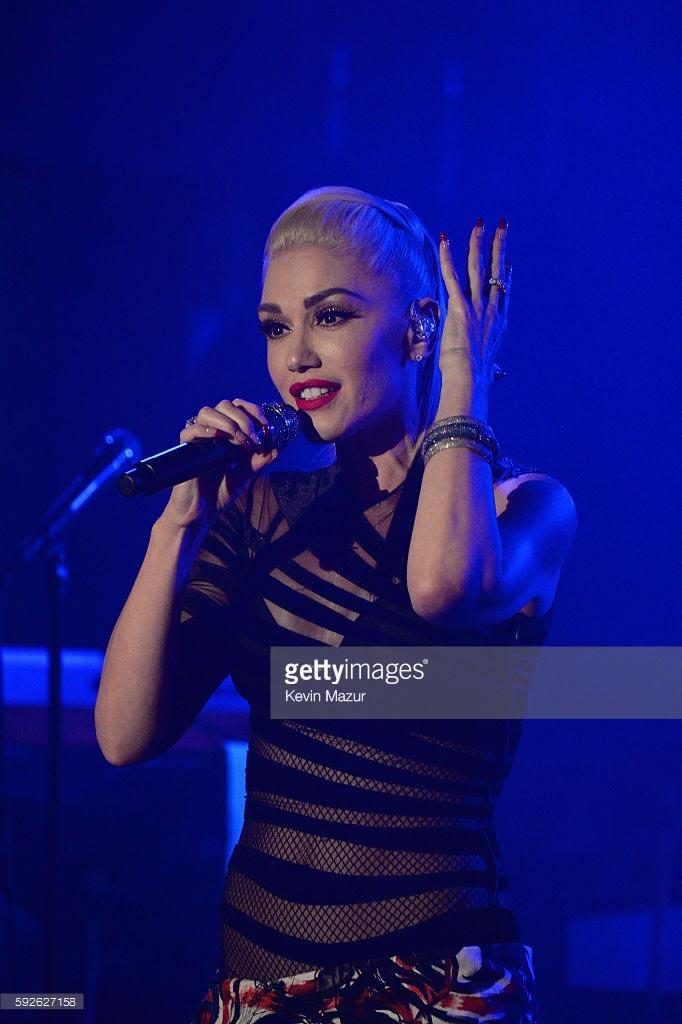Awards-2016-4-Gwen-Stefani_1.jpg