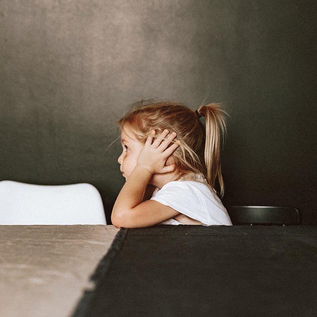 Kérdezem Zoétól mit csináljunk, ha sír a tesó!  Válasz: Befogjuk a fülünket! Végülis, ez is lehet egy módszer!😅💛