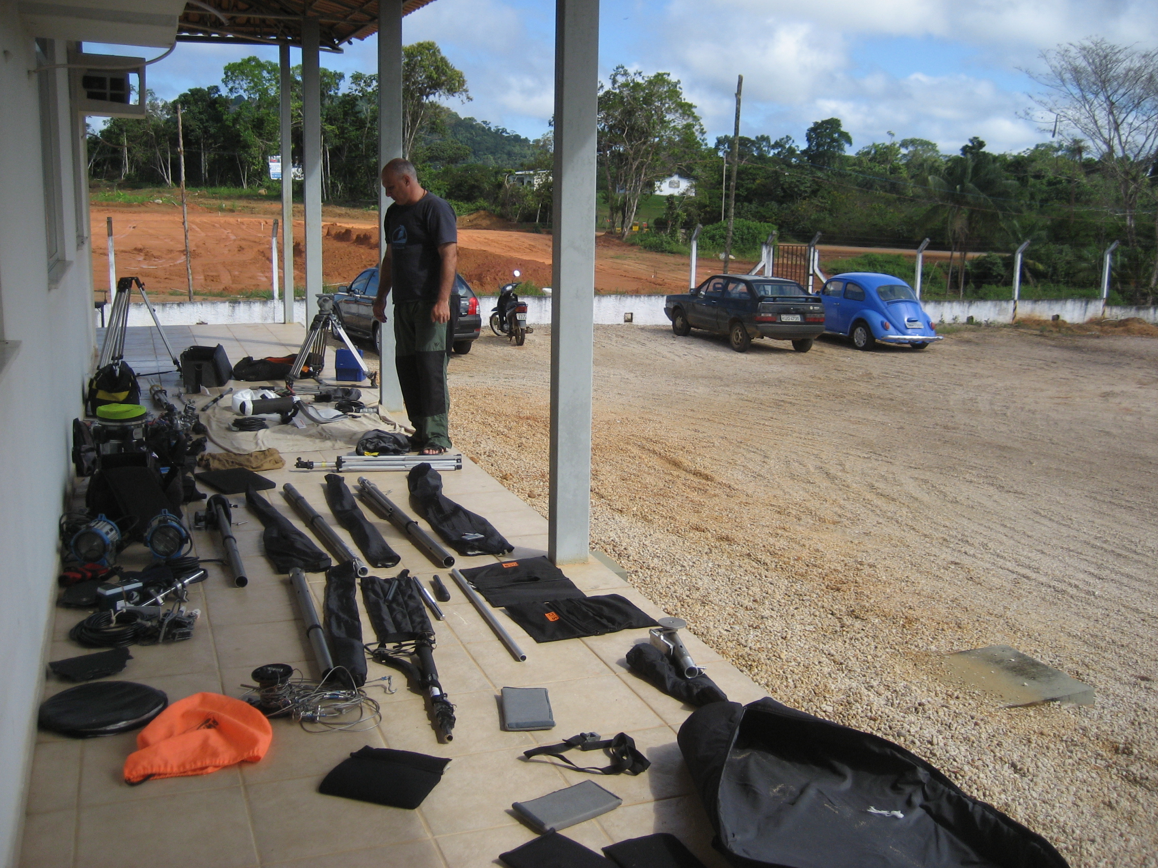Embarcando 200 kilos de equipamento para subir o Rio Negro de barco de São Gabriel da Cachoeira para Iauaretê no Estado do Amazonas