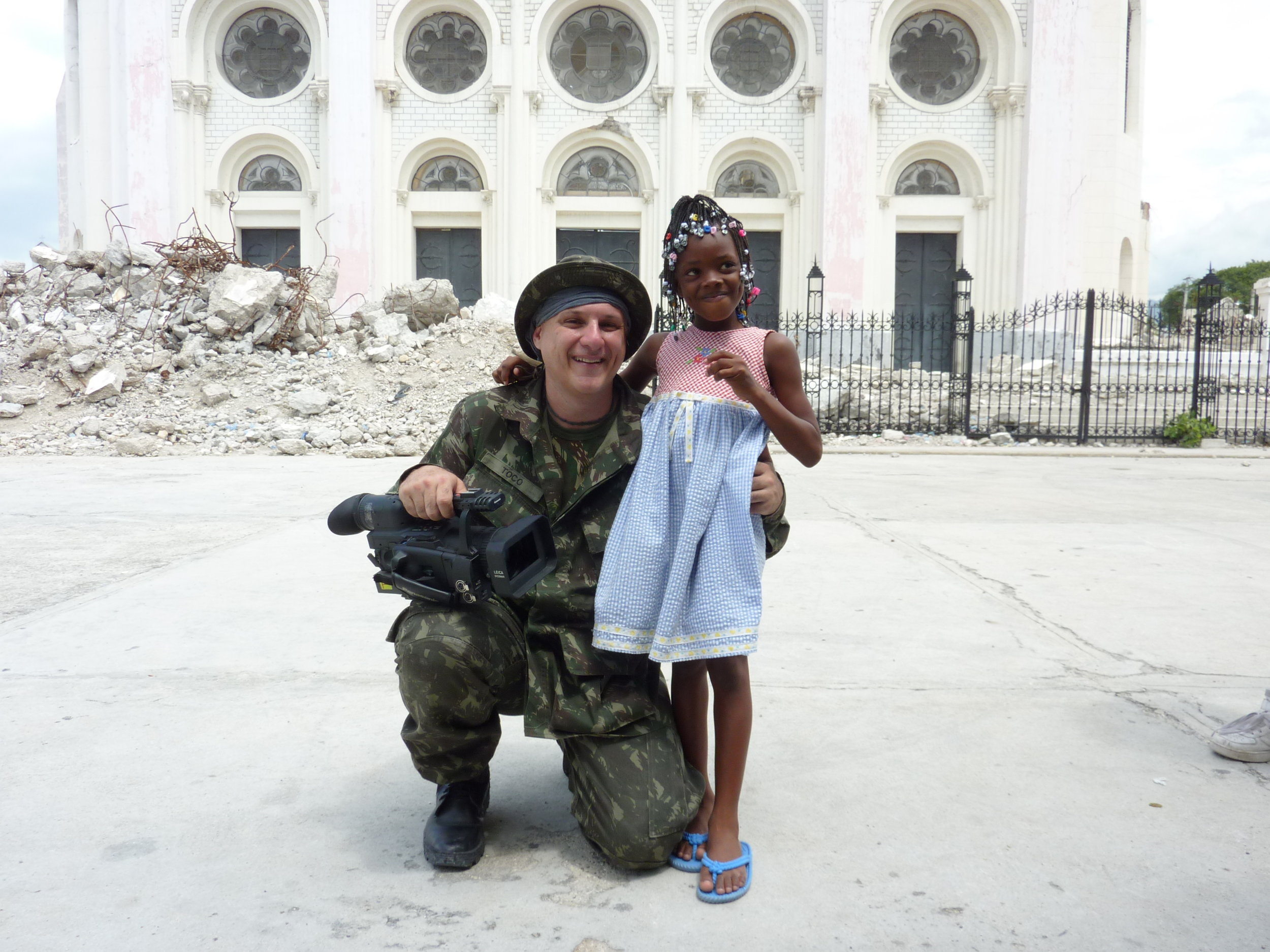 Haiti pós terremoto em 2010. Estou com a personagem de nosso documentário, Melissa. Ao fundo a igreja onde faleceu a Zilda Arns.