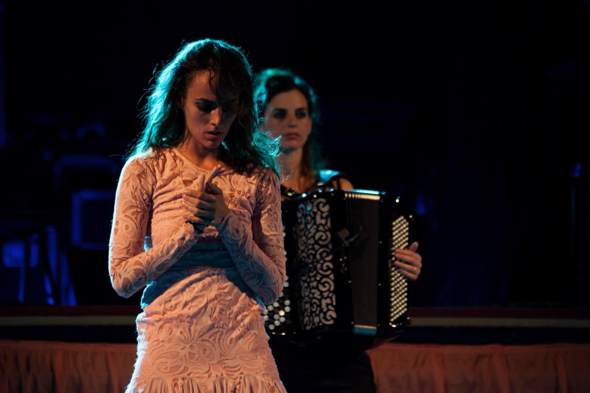 "Edén Club - Inés Boza & Giulia Valle ""Senza Tempo""Espectáculo de danza y músicaEstreno: Noviembre 2017, BarcelonaAcordeonista"