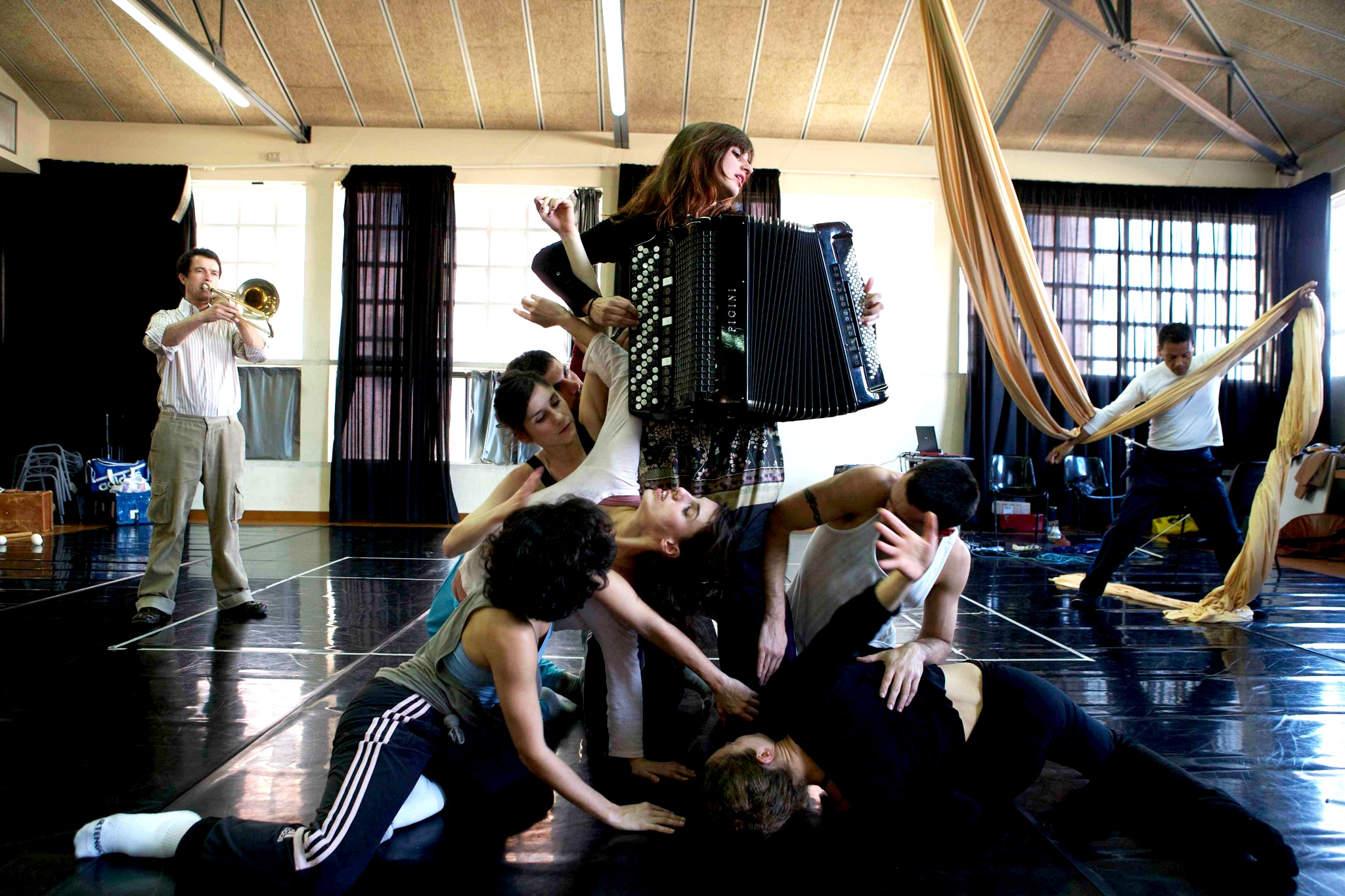 Improvisacion colective - Dance/music/theater/Circus/Paint