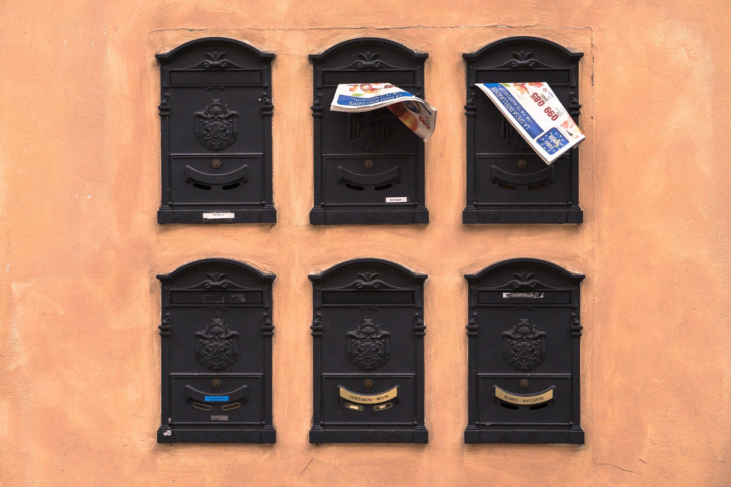"""Fast 34 Millionen Briefkästen … - in Deutschland sind noch ohne """"Keine Werbung""""-Aufkleber. Die meisten Menschen möchten allerdings gar keine Werbung erhalten. Sie verstopft den Briefkasten, zerknittert die wichtige Post und ist reine Verschwendung."""