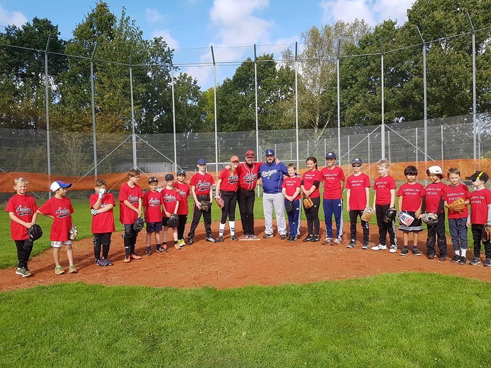 """Århus Junior Baseball Team (left) and """"Team East"""" (right) at Junior Baseball DM 2017"""