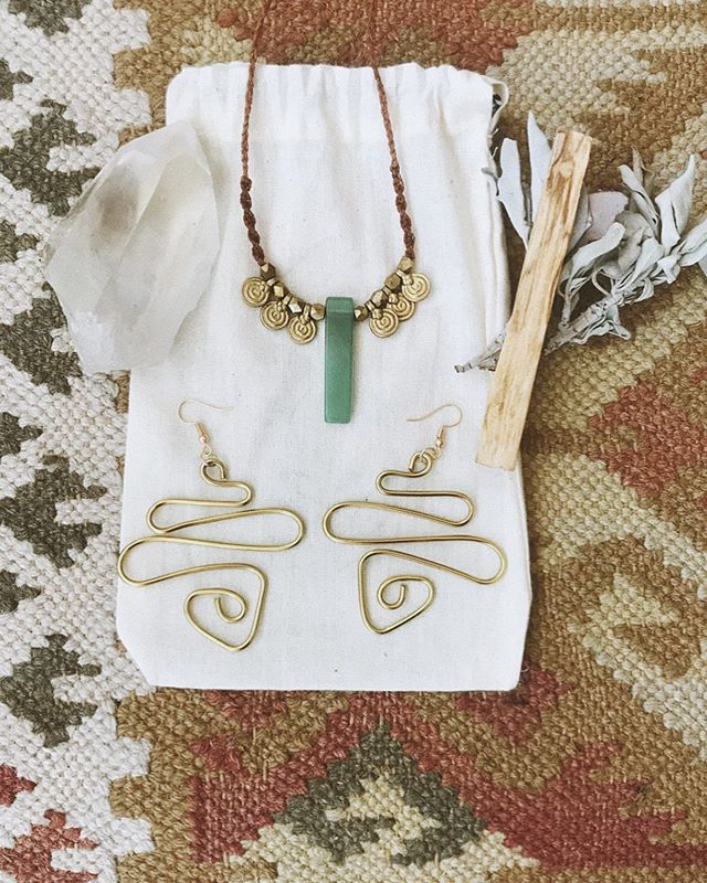 *~goddess giveaway ~* . I am feeling so grateful & blessed for the amount of support I have been receiving recently, so I wanted to give somethin back. Thank you thank you thank you ~ for all of the love. Sooo I am doing a giveaway with the following items. . -serpentine earrings -green aventurine cypher necklace -hand painted manifestation journal -large clear quartz -cleansing kit . TO ENTER: . •must be following @annabfromthetree •tag as many friends as you would like, who you think would love this giveaway •more tags = more entries •repost on instagram story for extra entry (make sure u tag me so I can seee) . I will be announcing the winner once I get to 7K 🌞🧞♀️ thank u so muchhhh beauty babies I am so eternally grateful.