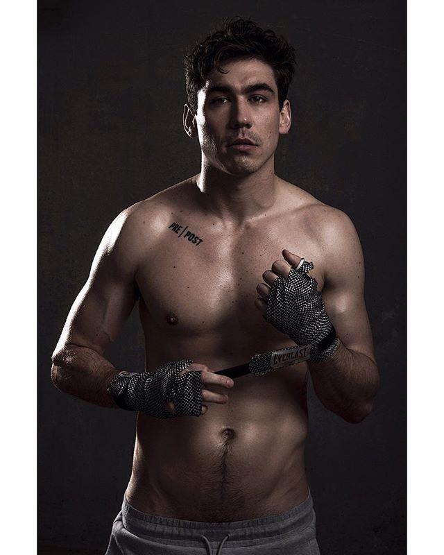 pretending i know how to throw a punch 🥊. 📸: @zackzerbephotography  ______\\\ #fightclub #prepost #fitnessmotivation #fitspo #sweaty #athleticwear #gymshark #everlast #boxing #mma #portrait #malemodel #fitnessmodel #abs #boston