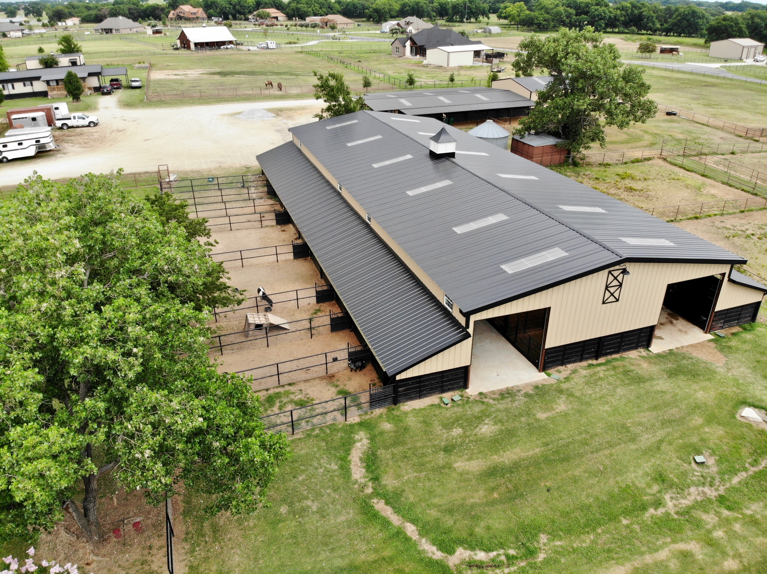 MarE Motel - The Mare Motel is the our largest barn, located at the center of the ranch. It has recently been renovated and is one of our most beautiful boarding barns. With a lunging arena, wash racks and tack room all located internally, the weather will never slow you down.