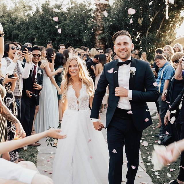Im sorry but how are they so perfect?!?! 😍😭🔥 @rosalindavictoria • • • #junebugweddings #greenweddingshoes  #dirtybootsandmessyhair #authenticlovemag #weddingchicks #belovedstories #justalittleloveinspo #soloverly #stylemepretty #weddinglegends #elopementlove #southerncaliforniabride #socalweddingphotographer #temeculaweddingphotographer #lagunabeachweddingphotographer #ocweddingphotographer #orangecountyweddingphotographer #elopementphotographer #yosemiteelopement #yosemiteelopementphotographer #kauaielopementphotographer #kauaiweddingphotographer #lookslikefilm #photobugcommunity #elopement #heyheyhellomay #heywildweddings #destinationwedding #sandiegoweddingphotographer #theknot