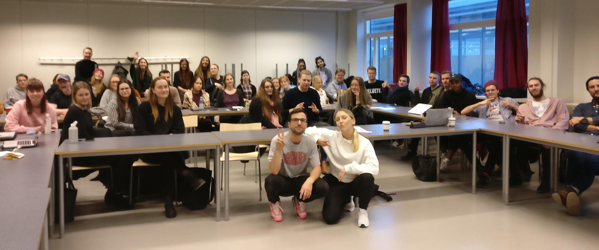 Oskar och Ellen tillsammans med studenterna på programmet Medieteknik.