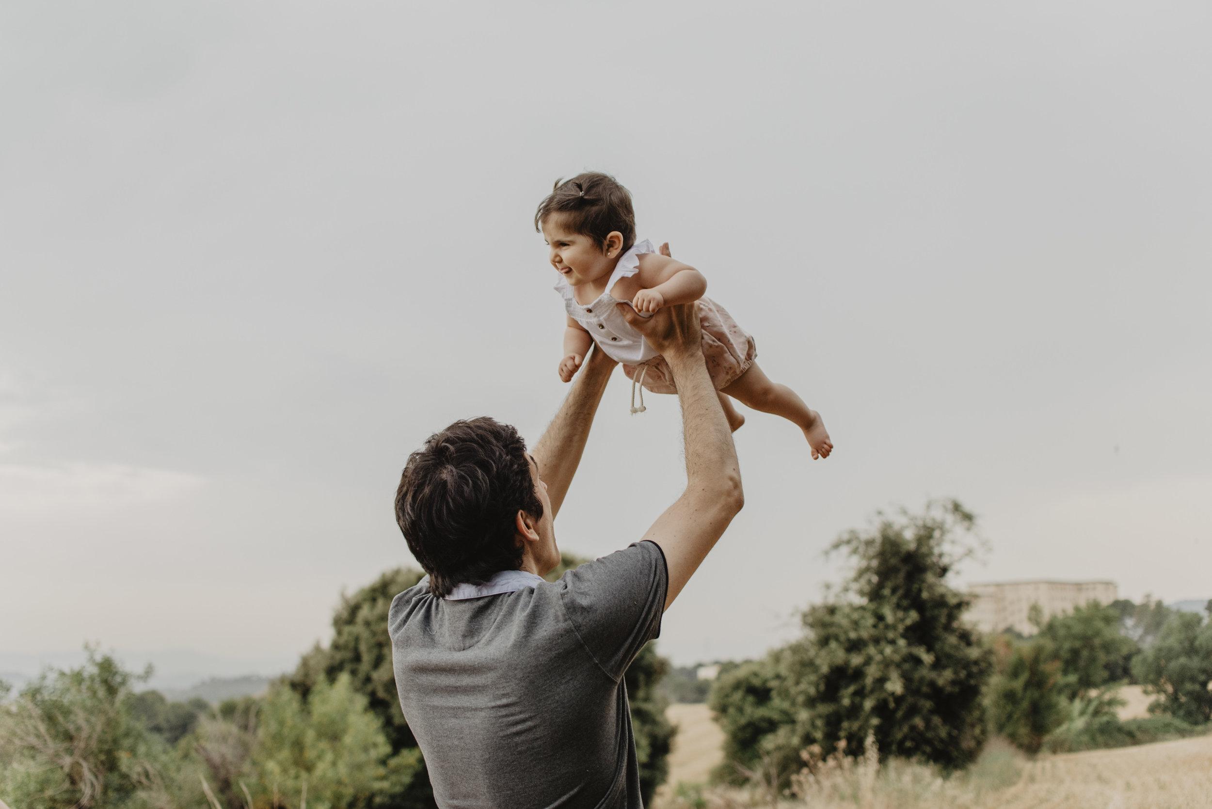 familia-reportatge-fotos-catalunya-terrassa-bessones-mellizas-mia-moments-photo-fotografia-familiar-exterior-01.jpg