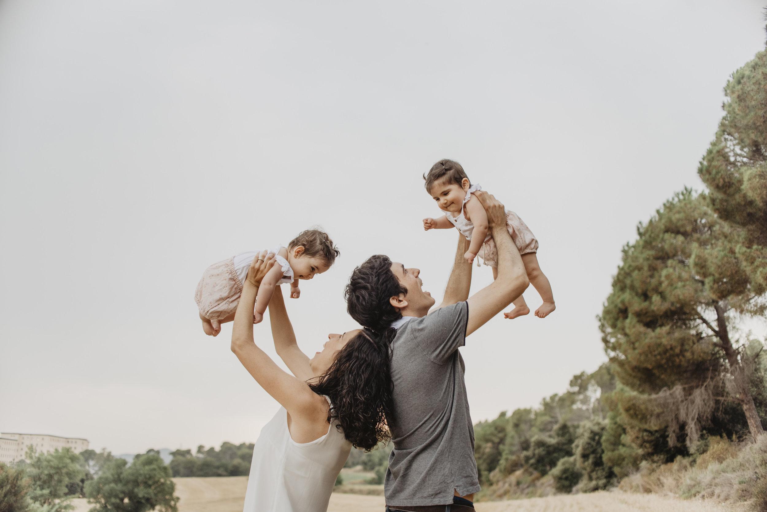 familia-reportatge-fotos-catalunya-terrassa-bessones-mellizas-mia-moments-photo-fotografia-familiar-exterior-03.jpg