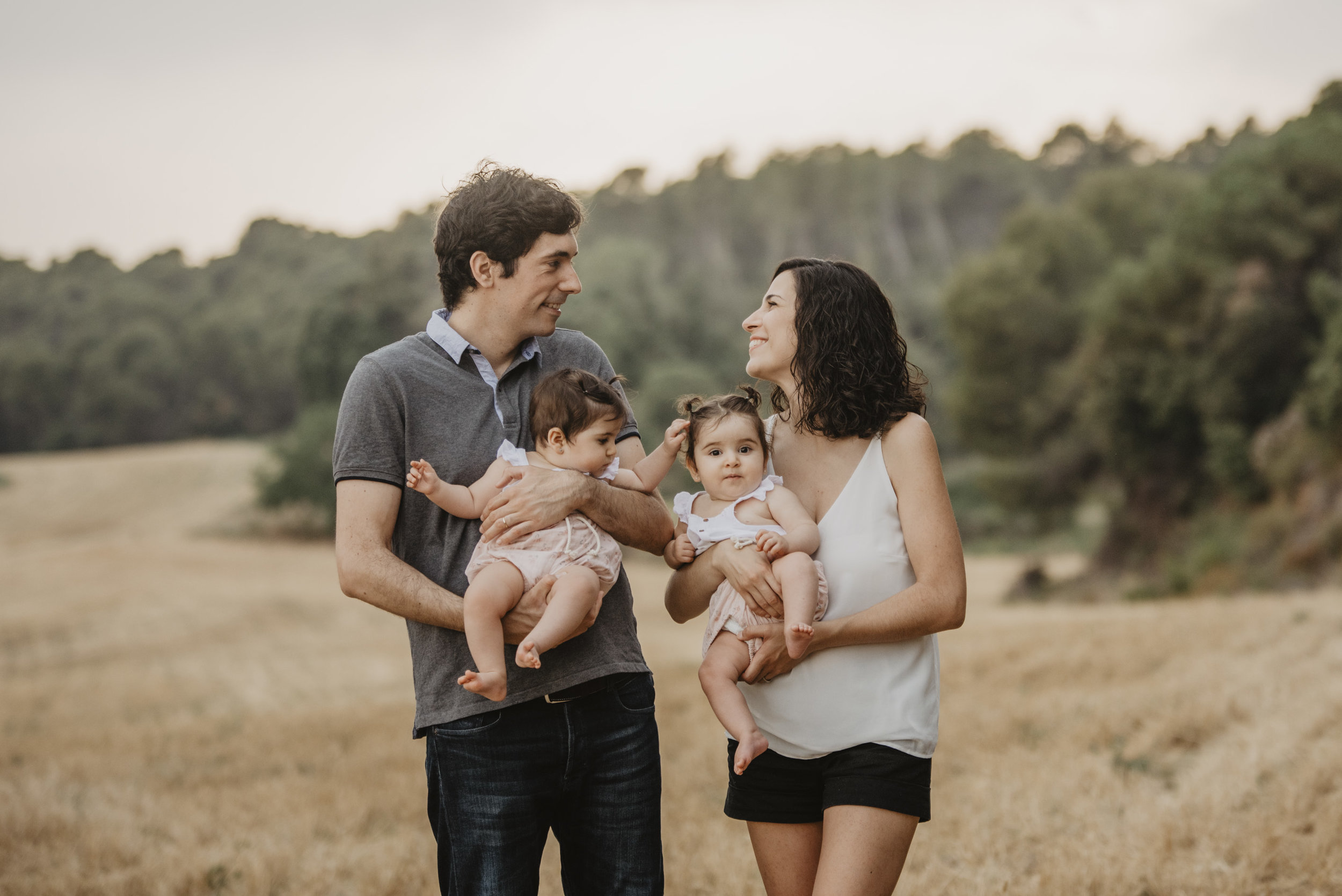 familia-reportatge-fotos-catalunya-terrassa-bessones-mellizas-mia-moments-photo-fotografia-familiar-exterior-09.jpg