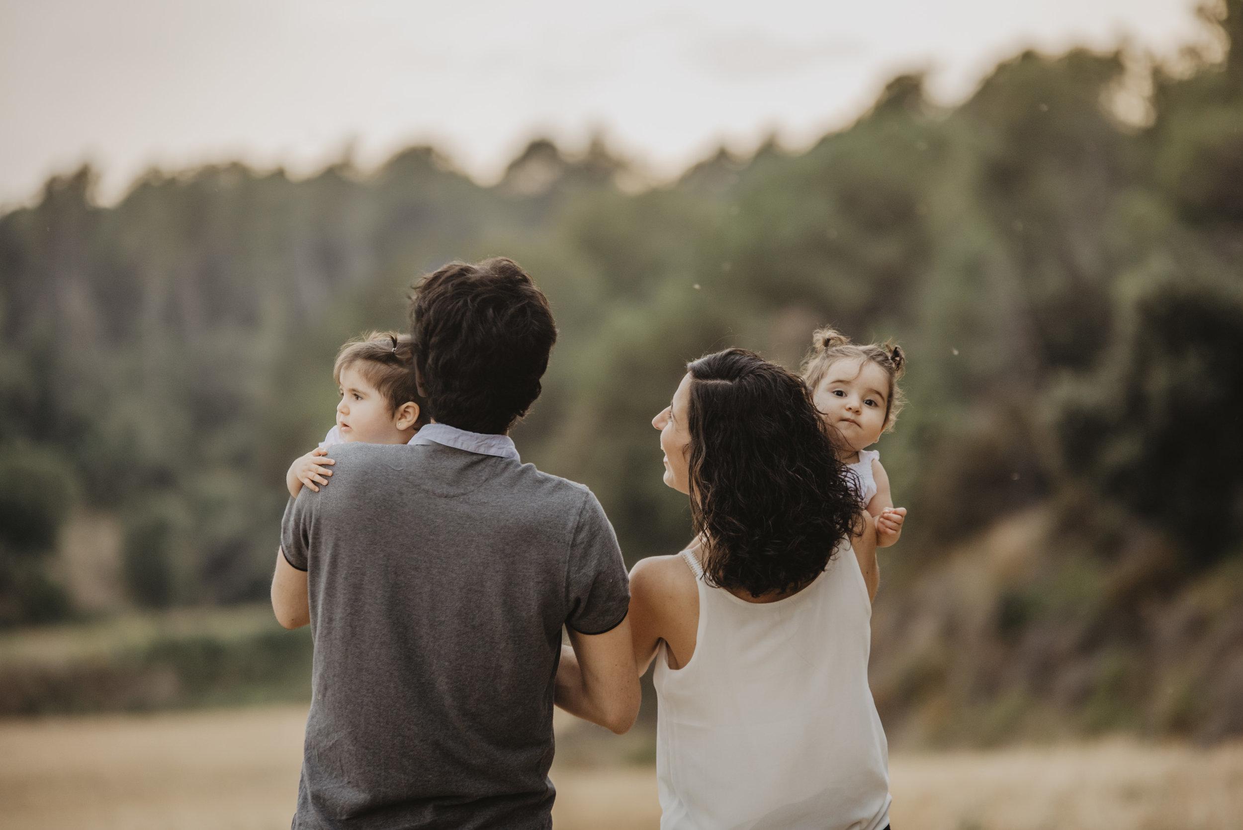 familia-reportatge-fotos-catalunya-terrassa-bessones-mellizas-mia-moments-photo-fotografia-familiar-exterior-10.jpg
