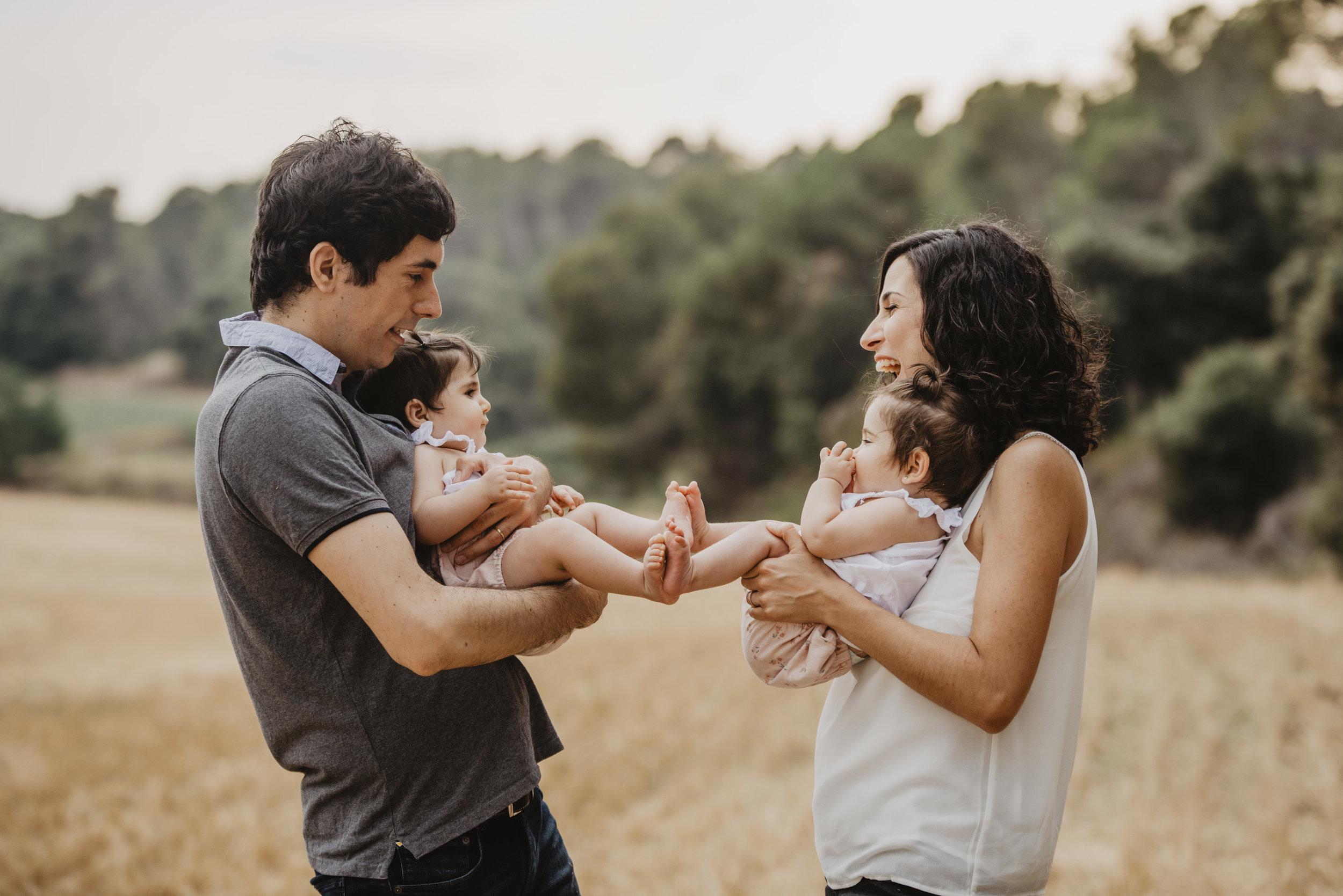familia-reportatge-fotos-catalunya-terrassa-bessones-mellizas-mia-moments-photo-fotografia-familiar-exterior-13.jpg