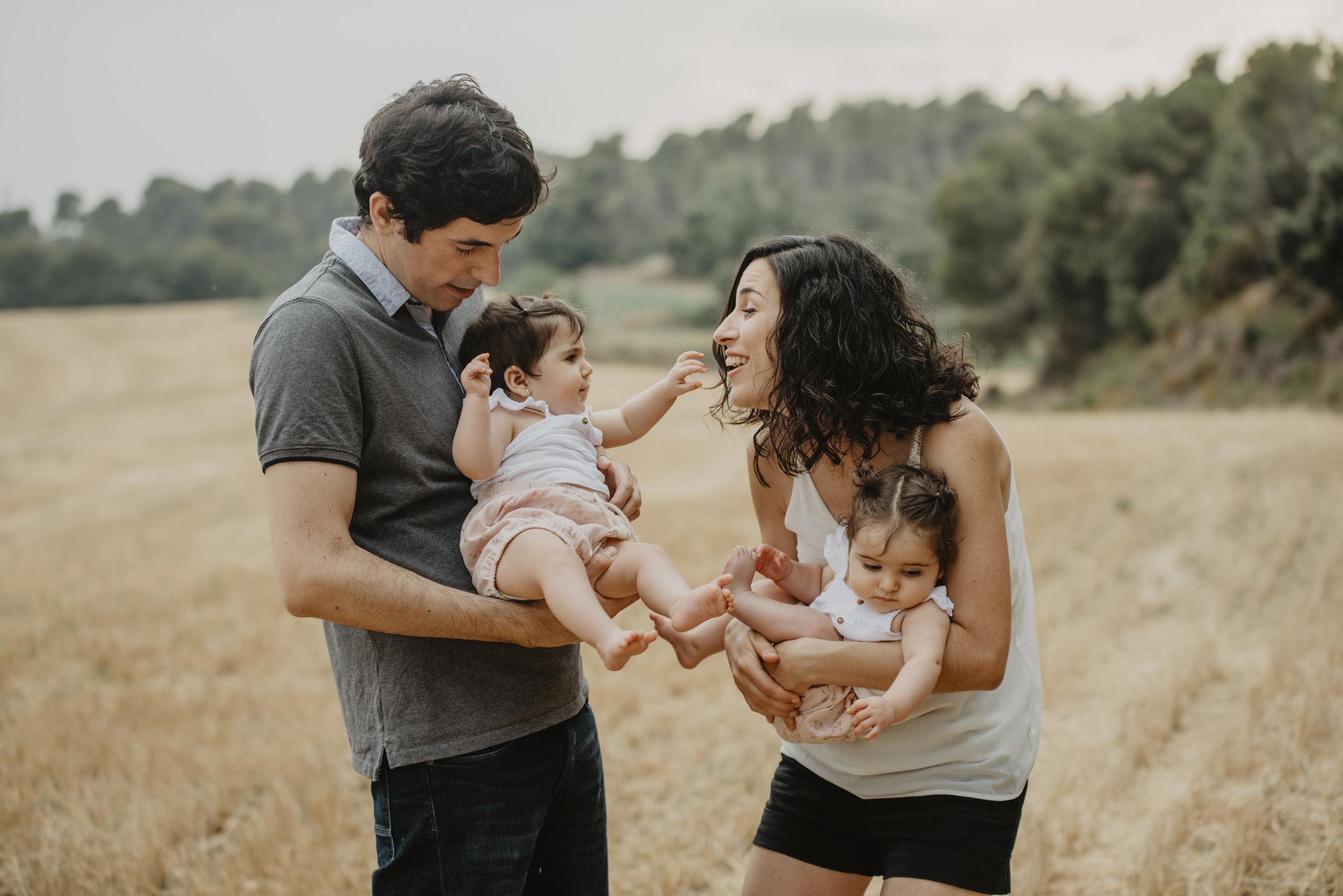 familia-reportatge-fotos-catalunya-terrassa-bessones-mellizas-mia-moments-photo-fotografia-familiar-exterior-14.jpg