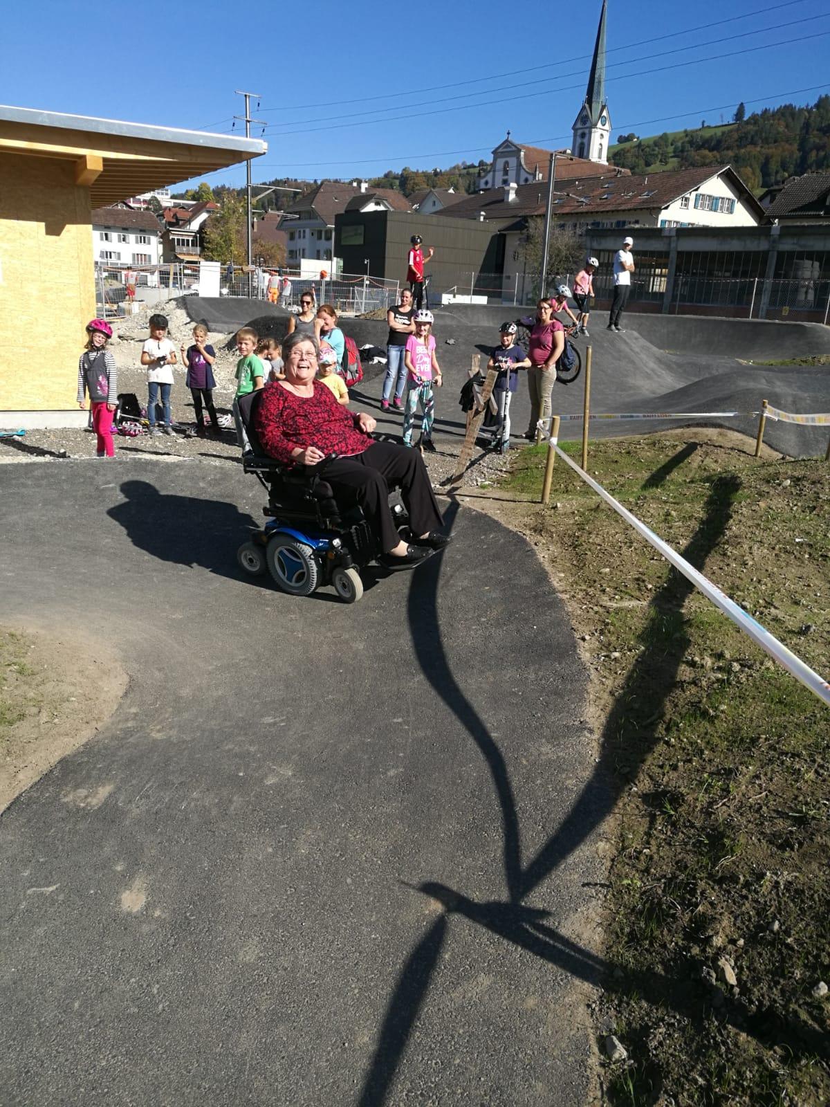 Der Pumptrack ist wortwörtlich für Jung und Alt geeignet und kann mit Bikes, Skateboards, Scooter aber auch mit Rollstühlen befahren werden! Wir freuen uns über eine sehr gelungene Mischung auf dem Pumptrack.