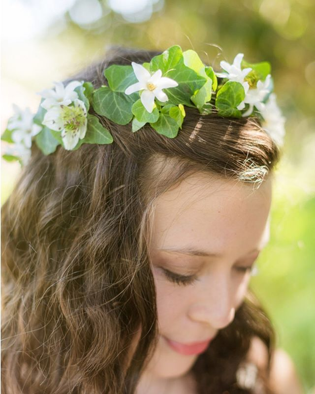 We love floral crowns for flower girls and junior bridesmaids don't you ? This delicate crown was designed by @flowersannettegomez @theyoungrens