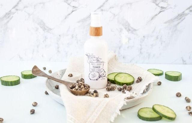 Our Green Tea and Cucumber Toner isn't just amazing at thoroughly cleansing, toning and tightening your skin. The added Lactic Acid acts as a mild chemical peel so removes any dead skin cells on the surface, allowing the new skin cells to glow #lovetheskinyourein⁣ .⁣ .⁣ .⁣ .⁣ .⁣ .⁣ #naturalskincare #skincare #naturalskincareroutine #skincareroutine #naturalskincareproducts #skincareproducts #beauty #beautyroutine #beautyproducts #naturalbeauty #naturalbeautyroutine #naturalbeautyproducts #face #body #facial #glowing #glowingskincare #glowingskin #glowingskincareroutine #nzmadeskincare #nzmade #nzmadebeauty #madeinnz #nzbeauty #nzskincare #loveyourskin #loveyourself #selflove #beautyritual⁣
