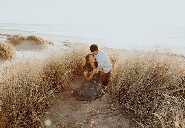 it's snowing and i'm off to some suuuun ☀️ #enaged #engagementphotos #portlandphotographer #beachshoot  #coupleshoot #belovedstories