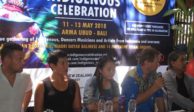 David Metcalf (pegang mikrofon)) didampingi (ki-ka) Kirk James Page, Jade Dewi Tyas Tunggal, Emmanuela Shinta dan Anom Darsana dalam acara jumpa wartawan di Denpasar