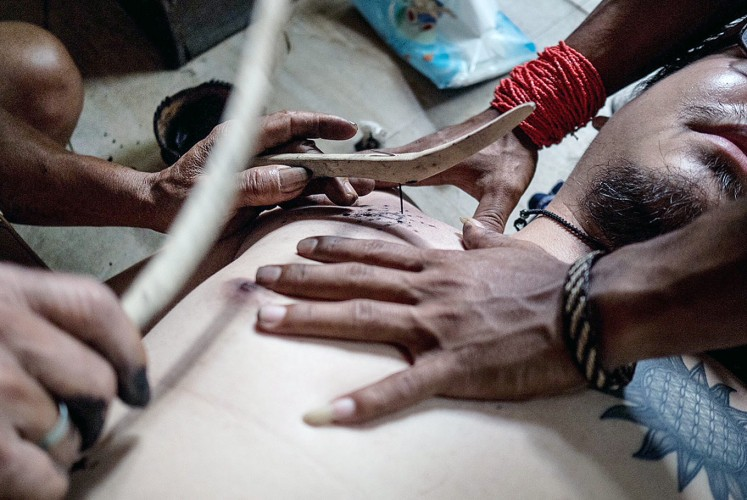 Tattoo: Mentawai tribesmen demonstrate the traditional art of tattoo. (JP/Anggara Mahendra)