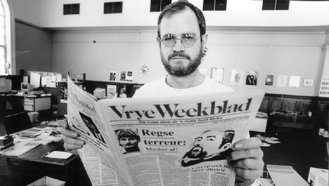 Max du Preez met die destydse  Vrye Weekblad  wat van 1988 tot 1994 uitgegee is.